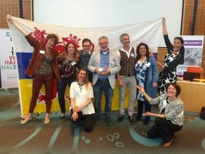 Stef Petit , manager Communicatie en Marketing van het medisch centrum Zuyderland neemt de Galjaardprijs 2017 in ontvangst met zijn team.